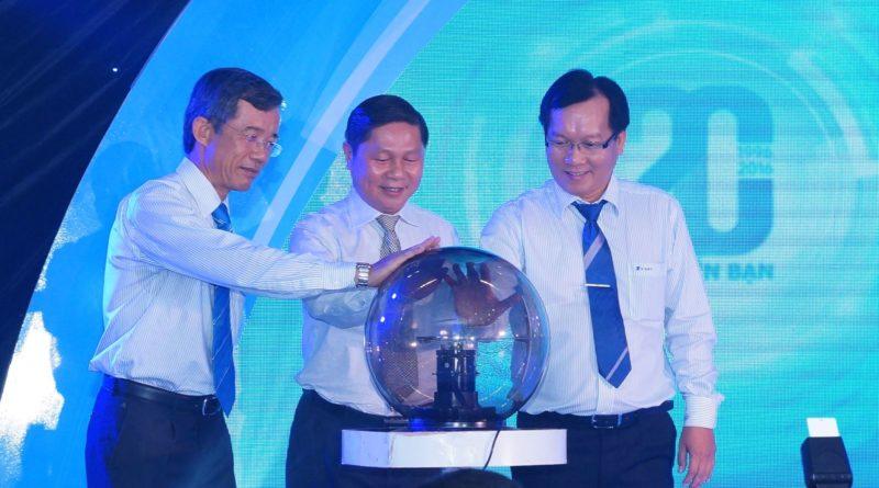 Các lãnh đạo VNPT Long An cùng đặt tay lên quả cầu điện.