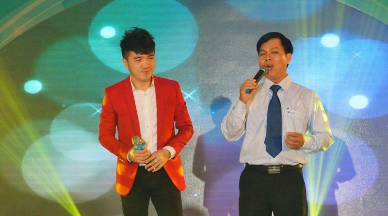 Ca sĩ Dương Ngọc Thái hát cùng phó giám đốc trung tâm VNPT Long An.