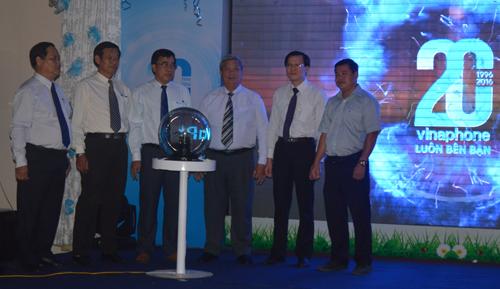 Các lãnh đạo VNPT Bình Dương vây quanh quả cầu điện.