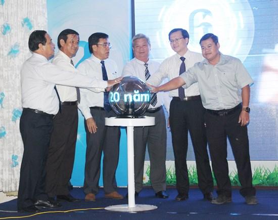 Các lãnh đạo đặt tay lên quả cầu điện với lời hứa đầy quyết tâm.